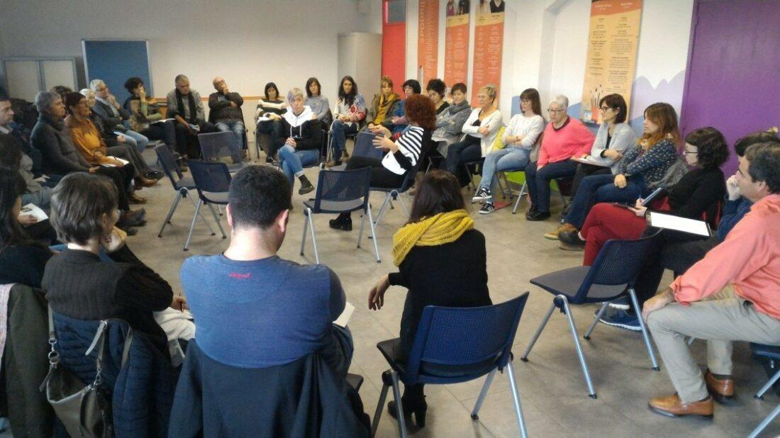 Marta Serra participa en el espacio ser en paz, se sienta en el centro de un círculo de sillas ocupadas por otros participantes