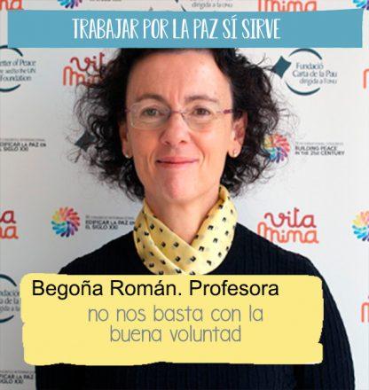 Fotografía de tres cuartos de Begoña Román, directora del postgrado en cultura de la Paz, delante de un fotocall del proyecto Vitamina.Hay una cita suya sobreimpresa