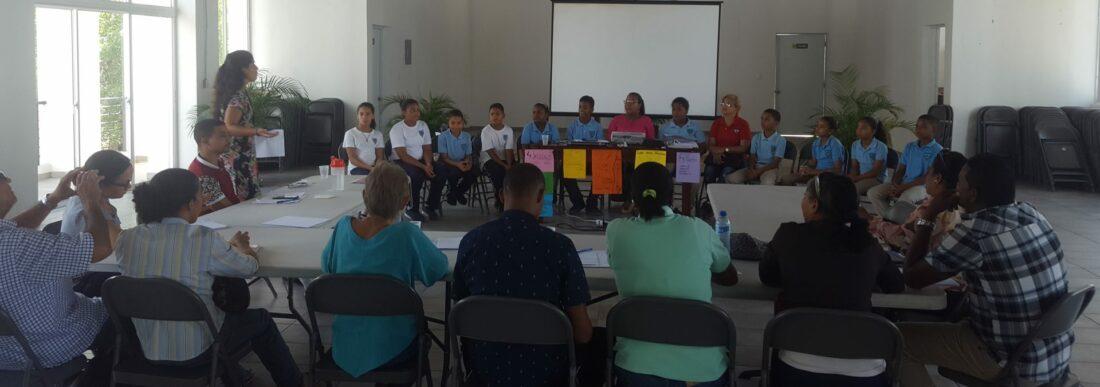 Jornada de formación para los formadores del programa Vitamina T en República Dominicana en la que jovenes y formadores estan sentados en mesas formanado un círculo