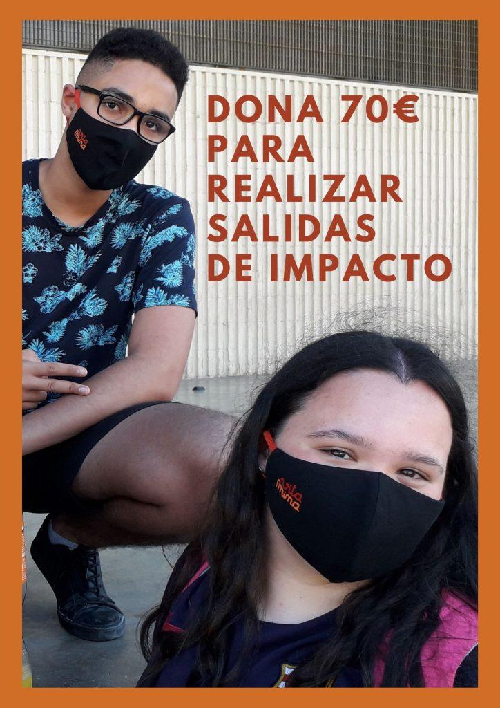 Cartel para pedir donativos para el proyecto Vitamina, se ve un joven de cuclillas y en primer plano a la derecha una joven, ambos llevan puesta mascarilla Vitamina