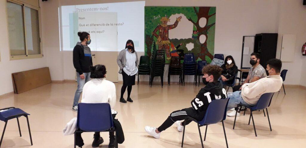 Encuentro en aula de Casal l'amic con jóvenes Vitamina