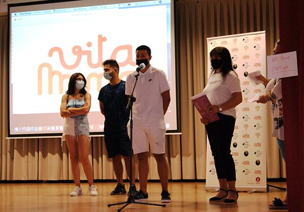 joves gitanos parlant en acte graduació